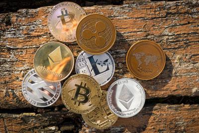 Mehrere Krypto Muenzen auf einem Haufen